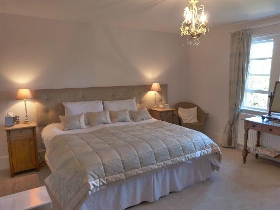 High Lodge Farm: Main king bedroom with fireplace