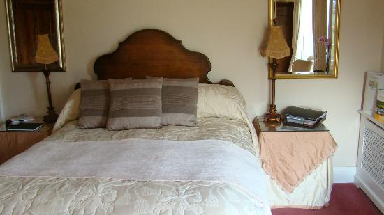 Low Urpeth Farm B&B: Our bed (queen sized for those from North America)