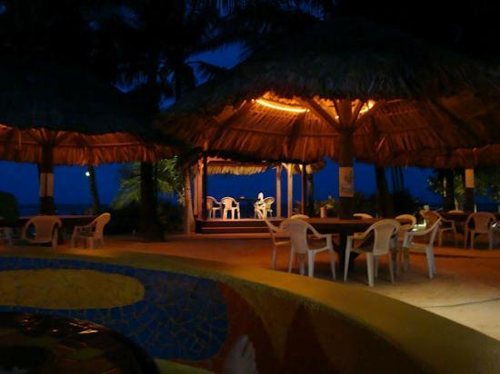 Mayan Princess Beach & Dive Resort : View of beach from bar area