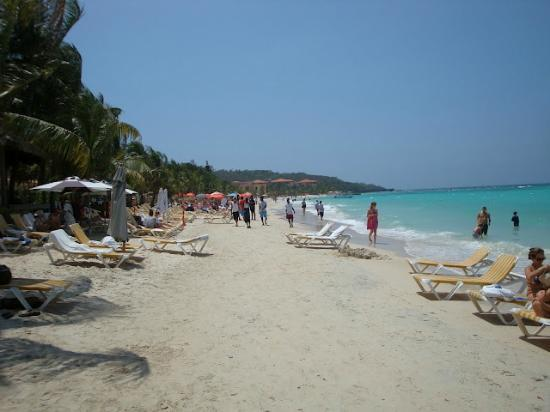 Mayan Princess Beach & Dive Resort: Directly in front of hotel. looking left 