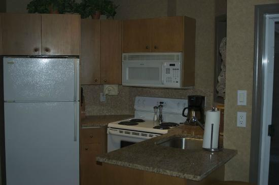 Pacific Shores Resort and Spa: Picture of kitchen in suite building 700.