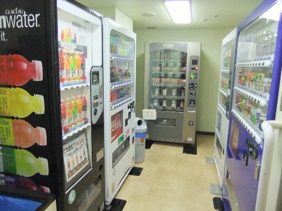 Narita Excel Hotel Tokyu: vending machine, drink & snacks, @ corner of room corridor