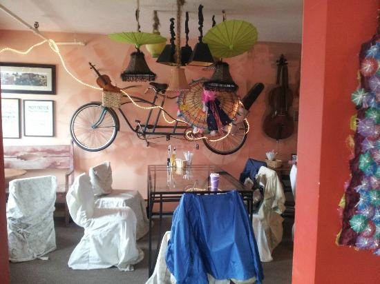 Paradise Cafe: Very whimsical decor