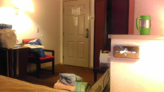 Comfort Suites San Clemente: Notice the cleanex box mounted on the wall next to the bed. Ewwwwwww!