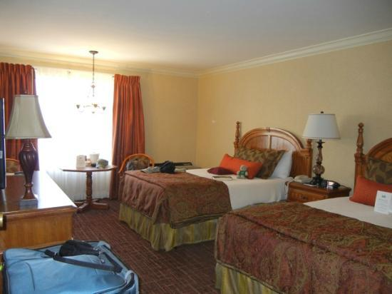 Lombard Motor Inn: 2 Double Bed room with plenty of light
