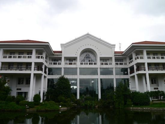 Dianchi Garden Hotel & Spa : Main Hotel building from the garden