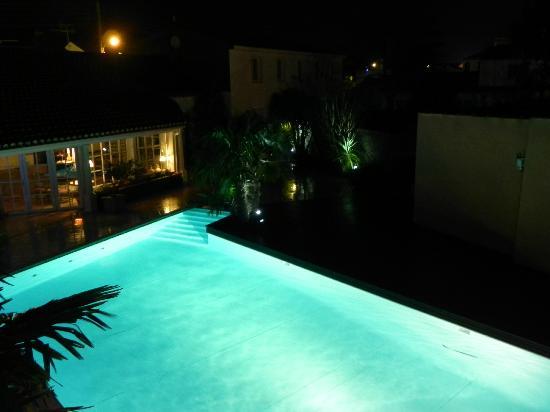 Le Manoir de l'Antiquité  : la piscine, la nuit