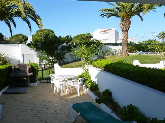 Joinal Villas Apartments : View from Villa No 10 overlooking the pool and immaculate grounds, the cleaners even swept the g