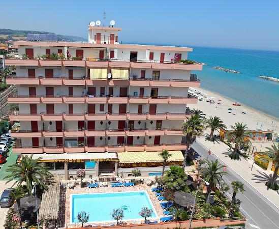 Cupra Marittima, Italia: Hotel, lato nord e panoramica
