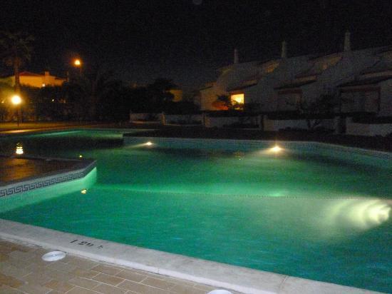 Joinal Villas Apartments: Swimming pool at night