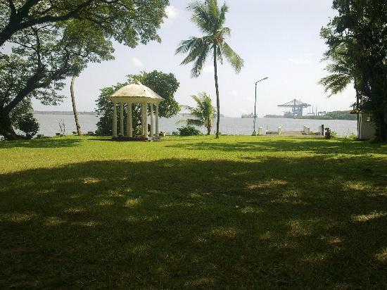 Bolgatty Palace and Island Resort: garden facing open sea