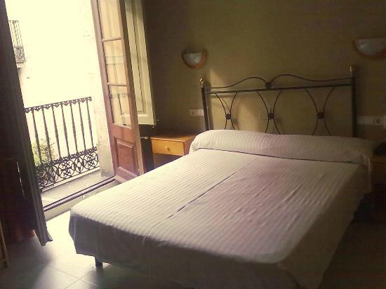 Hotel Rey Don Jaime I: Habitación y balcón tipico de la arquitectura barcelonesa