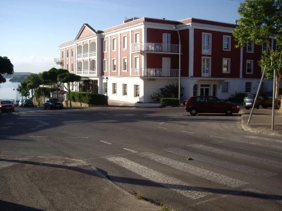 Hotel Port Mahon: Hotel from the road