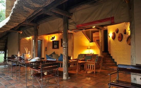 Lokuthula Lodges: Lounge area for 3 bedroom lodge