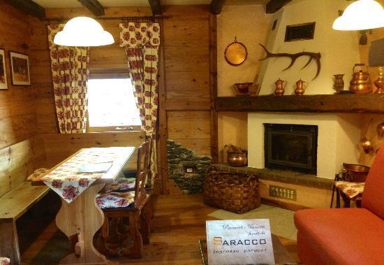 Sauze d'Oulx, Italy: saletta con camino