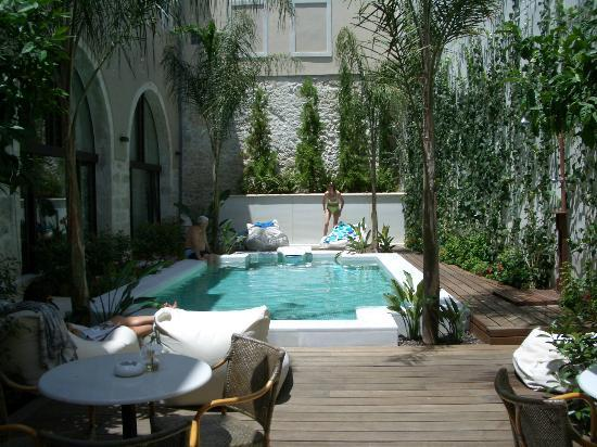 Rimondi Boutique Hotel: Pool area (with tables for breakfast/drinks)