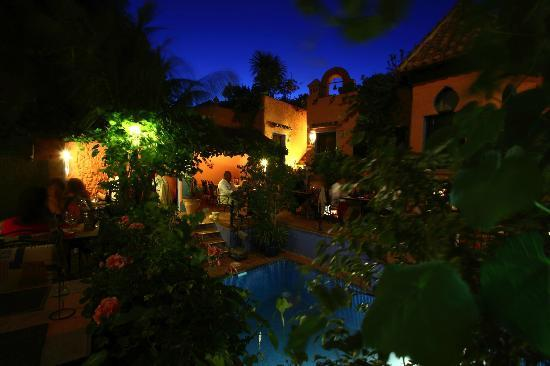 Amanhavis Hotel & Restaurant: summer patio