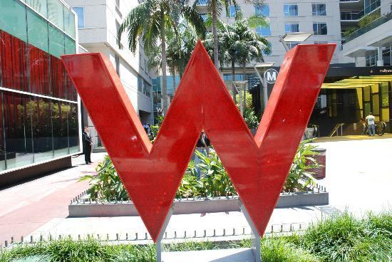 W Hollywood: Aussenansicht vom Hollywood Boulevard