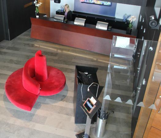 Avalon Hotel: Sett ovenfra ned i resepsjonen