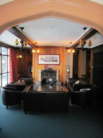 Kosciuszko Chalet Hotel: Common area w open fireplace. Bar to the right. Lovely!