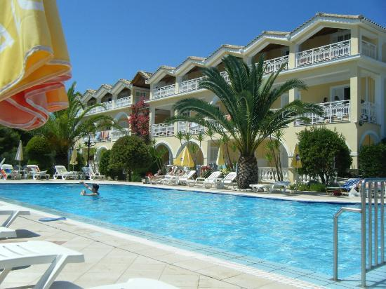 Sunflower Apartments & Studios: The main hotel and pool area