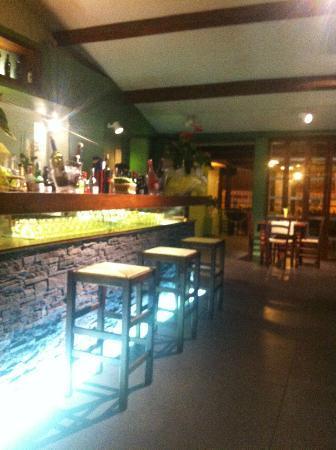 Vini Divini: bancone del bar e veranda sullo sfondo