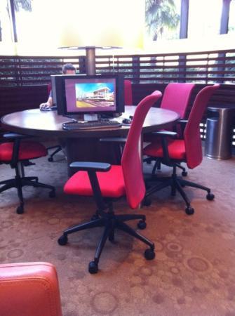 Sheraton Atlanta Airport Hotel: パソコン4台、プリンターもあって便利。部屋でもWi-Fi可。