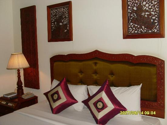 New Angkorland Hotel: art work in bedroom