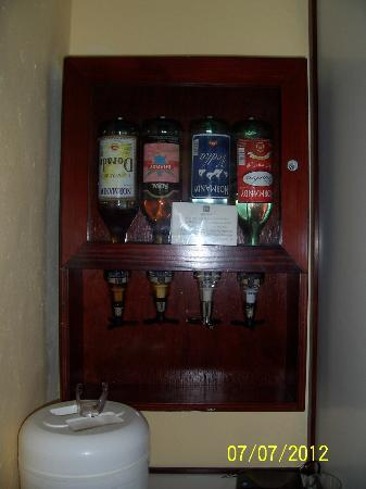 ClubHotel Riu Bachata: Alcohol in the room - No ice on the building.