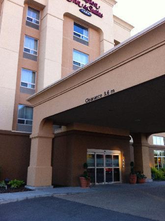 Hampton Inn and Suites by Hilton Edmonton/West : Front Entrance