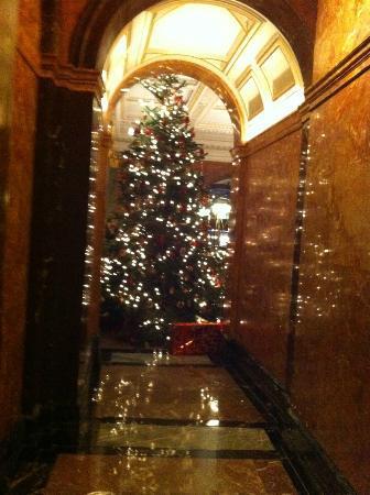 Mandarin Oriental Hyde Park, London: Christmas hall of fame, main entrance 