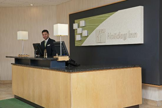 Holiday Inn Chicago Elk Grove: Enjoy a speedy check-in with our friendly staff!