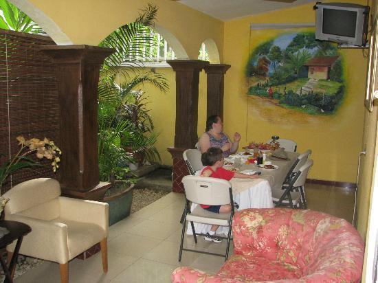 Hotel Aloha: Dining/Sitting Area
