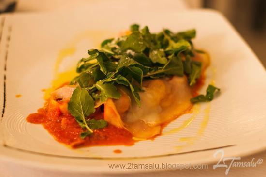 Rucola & Grana: Cappelletti rellenos de carne, con salsa de tomate, jamón serrano, rucola y queso ahumado