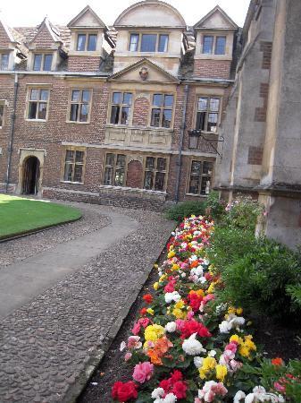 Pembroke College: Beautiful courtyard