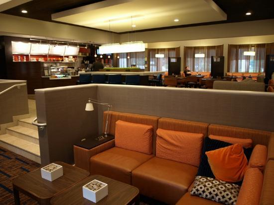 Courtyard Atlanta Executive Park/Emory: the lobby and bistro