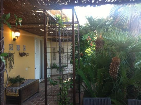 La Limonaia a Mare: porta della camera con accesso dal terrazzo comune