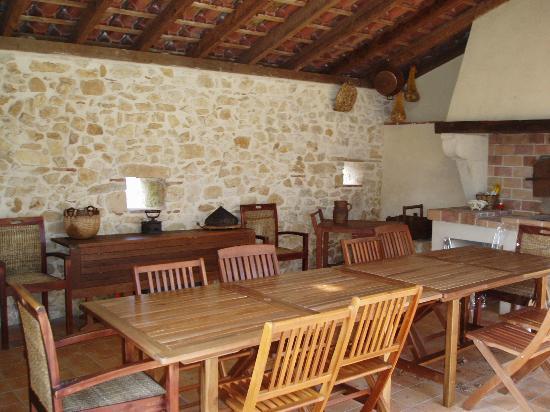 La Ferme de Myriam : Espace Table d'hôtes  en terrasse couverte avec vue sur jardin