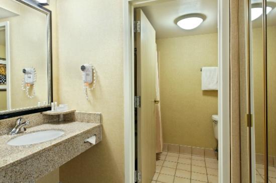 Courtyard Knoxville Cedar Bluff: Guest Bathroom