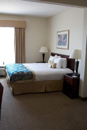 Wingate by Wyndham Destin: View of the bed from the door