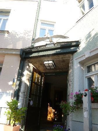 Gasthaus Zum weißen Schwan: Eingang zum Restaurant Zum Weissen Schwan Weimar