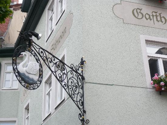 Gasthaus Zum weißen Schwan: Das Schild am Rest. Zum Weissen Schwan