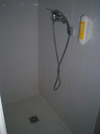 P'tit Dej-Hotel Martigues Le 5: douche italienne avec distributeur savon (très pratique)