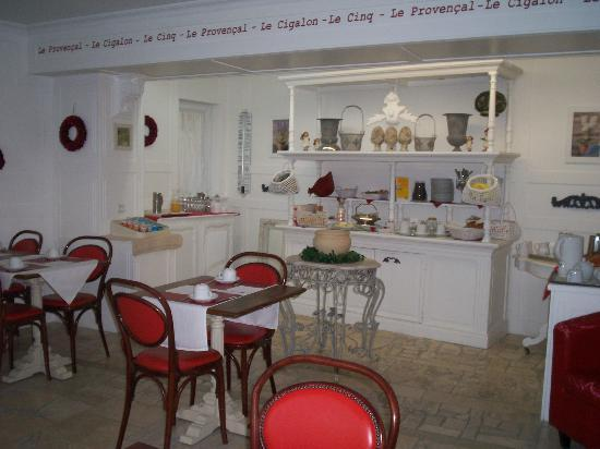 P'tit Dej-Hotel Martigues Le 5: vue du salon petit déjeuner avec le buffet (très varié)