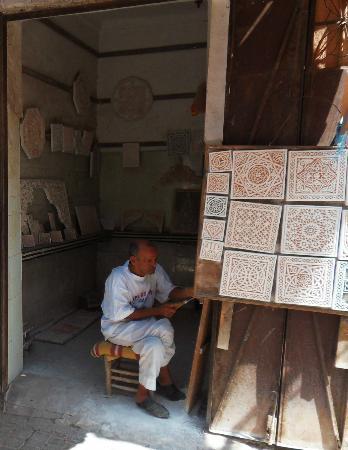 Dar Malaika: sculpteur sur plâtre