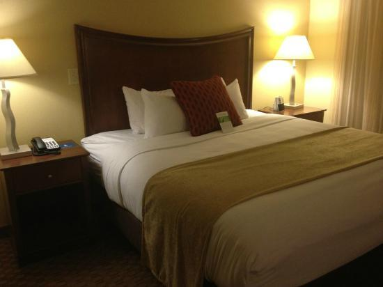 Hyatt House Herndon: Comfortable King Bed