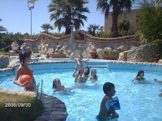 Joppolo, Italien: piscina con animazione bambini