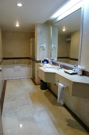 ‪مينارا بينينسولا هوتل جاكرتا: Spacious bathroom‬