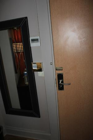 Migny Hotel Opera Montmartre: This is how you feel safe by door chain !!!