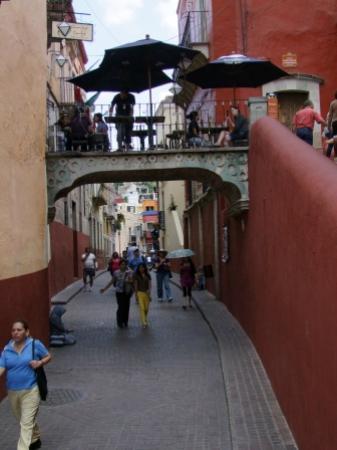 Santo Cafe: mesas en el puente